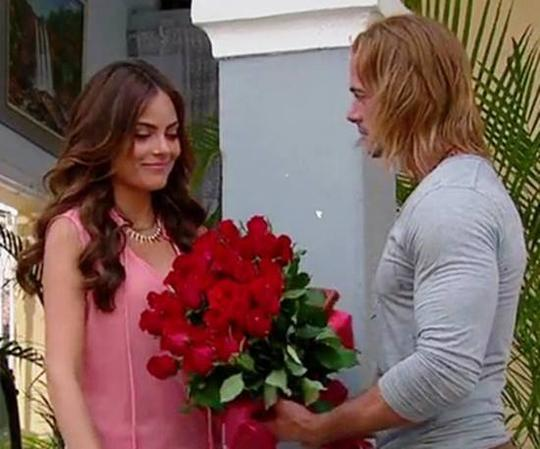 Foto del Capitán Fabré dandole rosas a Marina!